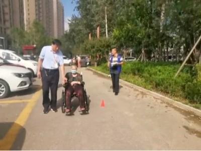 「山东恩德莱爱心店」为肢障人群耐心指导如何驾驶电动轮椅