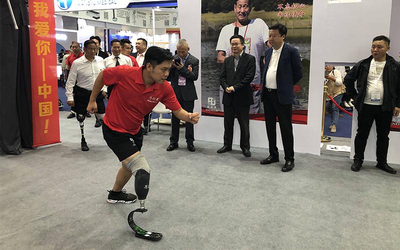 恩å¾・莱刀锋战士常浩在展会展示运动款刀锋系列假肢