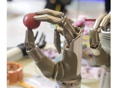 """""""集善扶贫健康行""""义肢项目 - 智能仿生手捐赠仪在云南恩德莱举行"""