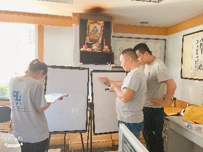 为增强团队凝聚力和学习能力,恩德莱西安公司组织充电学习和团建活动